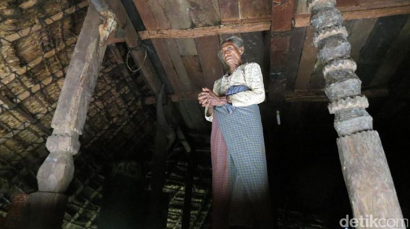 Inilah Mama Maria Corry yang berusia 90 tahun. Dia tinggal di rumah adat Siri Gatal Purbul dan merupakan seorang penyembuh tradisional (Fitraya/detikTravel)