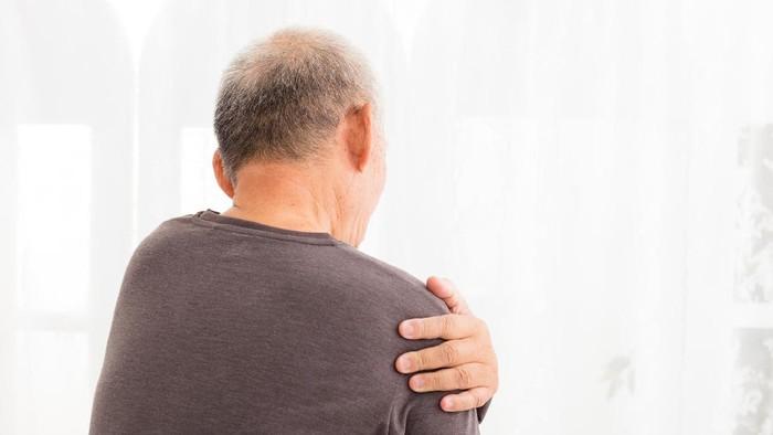Nyeri di pundak bisa dirasakan ketika Anda membawa beban emosional yang berat. Untuk mengatasinya, fokus untuk memecahkan masalah secara proaktif dan mintalah tolong pada orang lain agar beban Anda terbagi. (Foto: ilustrasi/thinkstock)