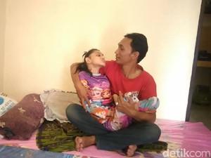 Kisah Perjuangan Ayah Besarkan Anak Berkebutuhan Khusus Seorang Diri