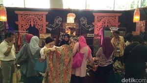 Batik Warna Alam Trenggalek Laris Manis di Pameran Inacraft 2017