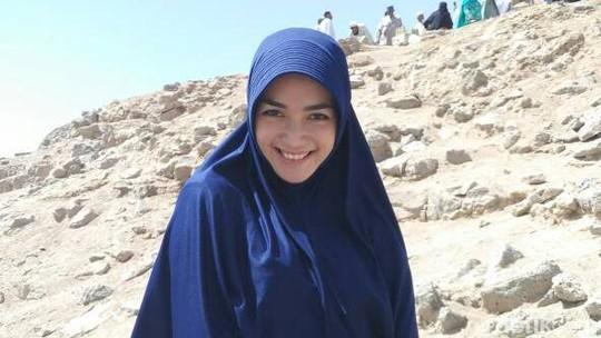 Melihat Lagi Penampilan Citra Kirana Berhijab saat Umrah