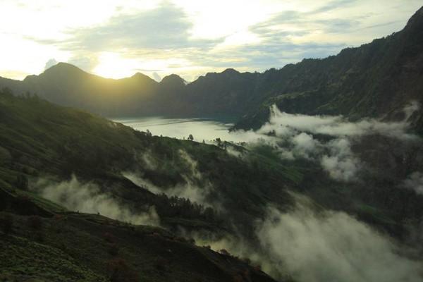 Di peringkat 12, ada Geopark Rinjani di Lombok, NTB. Keindahan Gunung Rinjani beserta alam indah di sekitarnya berhasil membuatnya diakui oleh UNESCO (Aldy/dTraveler)