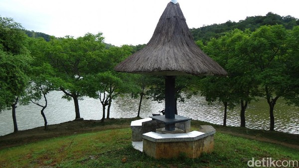 Dari plang gapura gerbang masuknya, ejaannya adalah Kolam Susuk, yang kemudian dimodifikasi Koes Plus menjadi Kolam Susuk. Susuk artinya nyamuk (Fitraya/detikTravel)