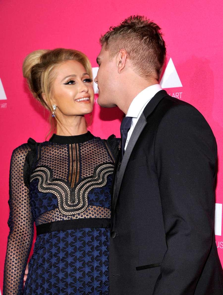 Ciuman Mesra Paris Hilton dan Pacar Barunya