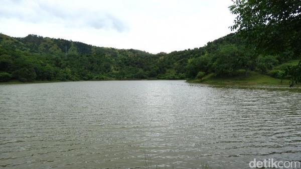 Seorang wisatawan asal Flores memancing dengan santai. Pemancing bisa dapat mujair atau ikan kecil (Fitraya/detikTravel)