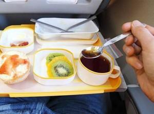 Agar Tetap Bugar Selama Dalam Penerbangan, Hindari Konsumsi 6 Makanan Ini