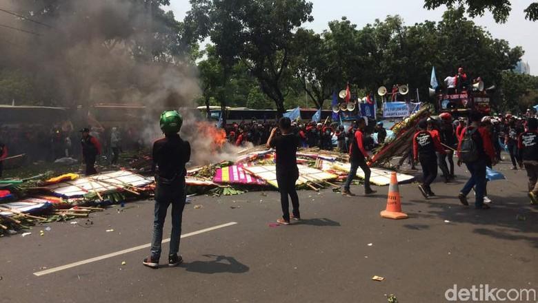 Polisi: Karangan Bunga untuk Ahok Dibakar karena Faktor Psikologis