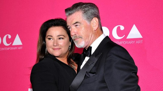 Tatapan Cinta Istri untuk Pierce Brosnan