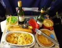 Ini 5 Jenis Makanan yang Sebaiknya Tidak Dipesan Saat di Pesawat