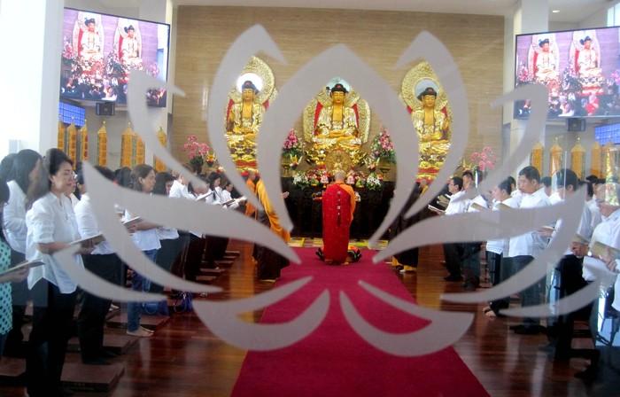 Wihara Ekayana Serpong menggelar acara Prosesi Kitab Suci Tripitaka, Senin (1/5/2017). Prosesi Tripitaka ini merupakan acara awal sebelum perayaan Waisak.