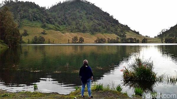 Gunung Semeru, Jawa Timur. Semeru merupakan gunung terindah sekaligus tertinggi di Pulau Jawa. Kecantikan Gunung Semeru yang sudah tersohor membuat pendaki rela datang jauh-jauh untuk menikmatinya secara langsung. Jika Anda memutuskan untuk pergi ke Semeru, sempatkanlah untuk bermalam di Ranu Kumbolo. Danau yang terletak di tengah jalur pendakian ini, terkenal akan panoramanya yang mempesona. Foto: (Edelweiss Blogger/dTraveler)