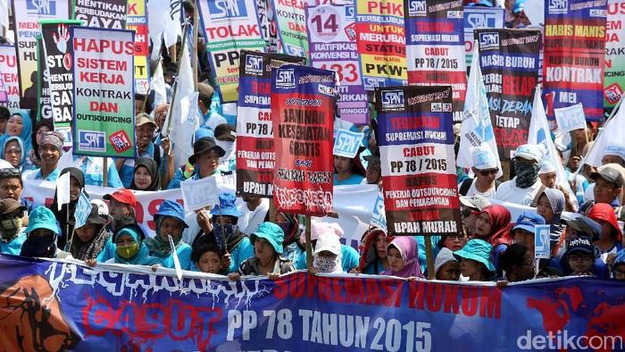 Massa aksi Hari buruh internasional atau May Day mulai memadati Patung Kuda, Silang Monas, Jakarta Pusat, Senin (1/5). Massa aksi berasal dari beberapa organisasi buruh seperti SPN dan KSPI.