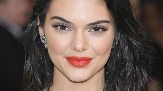 Kendall Jenner Bergaun Menerawang