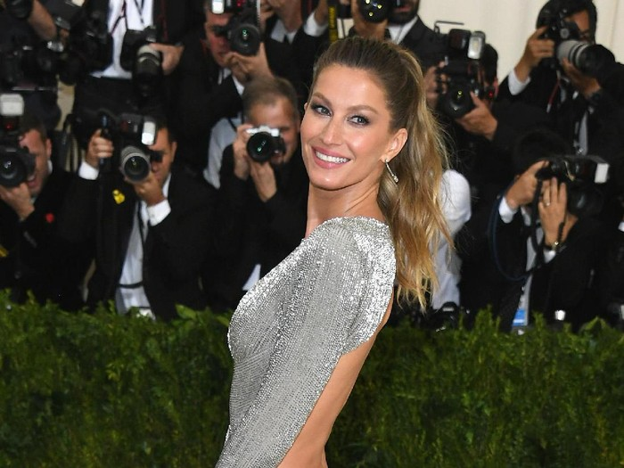 NEW YORK, NY - MAY 01:  Gisele Bundchen attends the Rei Kawakubo/Comme des Garcons: Art Of The In-Between Costume Institute Gala at Metropolitan Museum of Art on May 1, 2017 in New York City.  (Photo by Dia Dipasupil/Getty Images For Entertainment Weekly)
