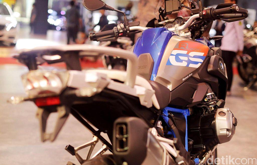 BMW Motorrad resmi memperkenalkan hasil perkawinannya dengan TVS. Motor yang disapa BMW G 310 R ini curi perhatian di ajang Indonesia International Motor Show (IIMS) 2017.