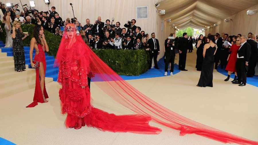 Katy Perry Tampil Merah Artistik