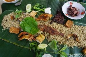Warung Teteh: Nikmatnya Rame-rame Menyantap Nasi Liwet Khas Sunda Beralas Daun