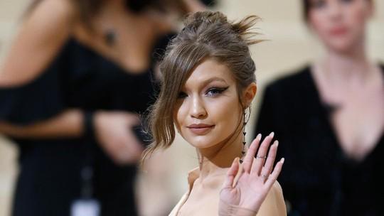 Gigi Hadid Tampil Seksi, Tapi Kok Sendirian?
