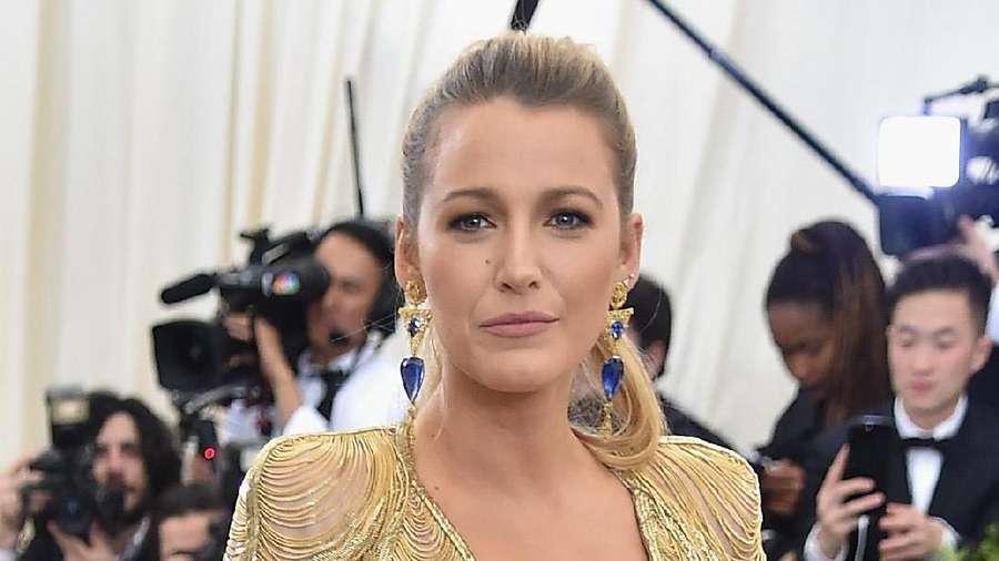 Blake Lively Tampil Hot dengan Gaun Emas Unik