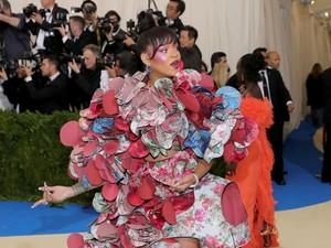 Gaya Unik Rihanna Kenakan Gaun 3D di Met Gala 2017