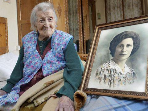 Emma Morano di sebelah fotonya saat masih muda.