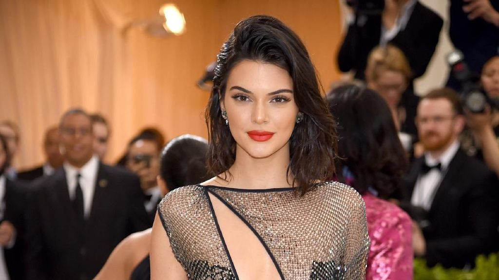 Kendall Jenner Pakai Gaun Seksi, Rapper Ini Sentuh Bokongnya