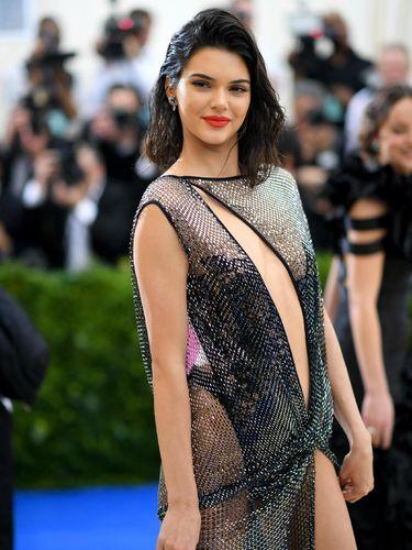 Pakai Gaun Menerawang, Kendall Jenner Disebut Seperti Pelacur