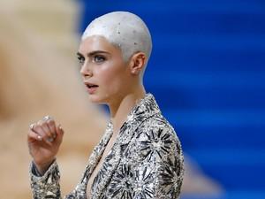 Foto: Cara Delevingne yang Tetap Cantik Meski Kini Kepalanya Botak