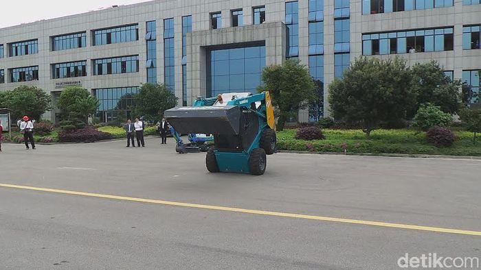 China Bikin Buldoser Akrobat dan Eskavator Pakai Remote Control (Foto: Nograhany Widhi Koesmawardhani)