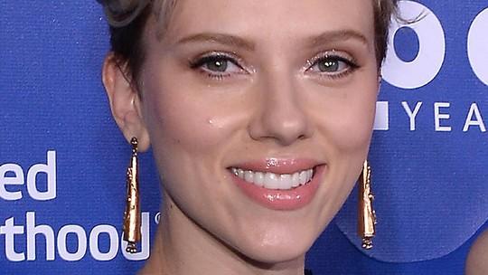 Lady In Blue! Menawannya Scarlett Johansson
