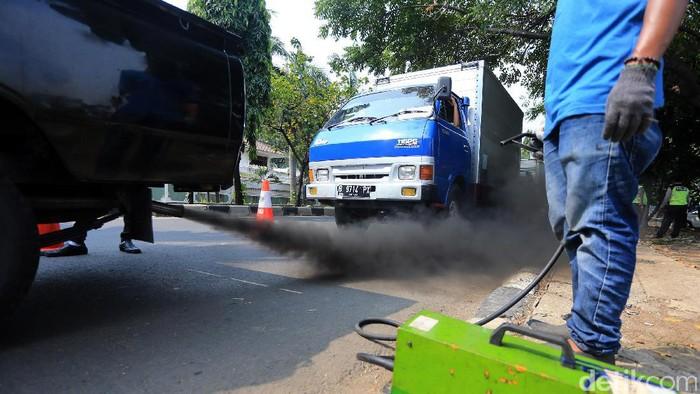 Petugas dari Badan Pengelola Lingkungan Hidup Daerah (BPLHD) DKI Jakarta menggelar uji emisi gratis di Jl Danau Sunter, Jakarta Utara, Rabu (3/5/2017). Uji emisi ini dilakukan serentak dari tanggal 2 hingga 18 Mei mendatang di sejumlah wilayah. Ditargetkan, sebanyak 10.000 kendaraan akan diuji emisi untuk mengukur dan mengevaluasi kualitas udara di DKI Jakarta.