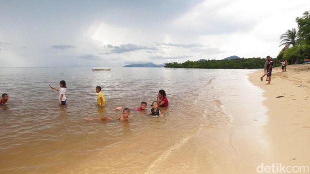 Wisatawan menikmati Pantai Atapupu (Fitraya/detikTravel)