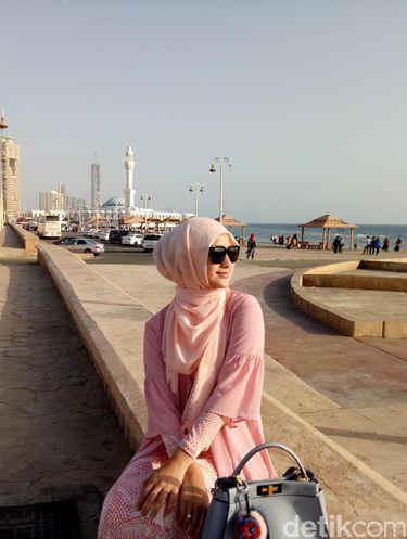 Foto: Pesona Citra Kirana Tampil dengan Hijab Serba Pink di Jeddah