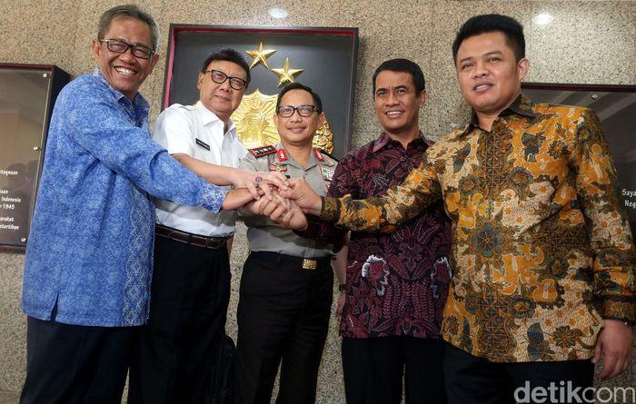 Menteri dan pejabat yang hadir antara lain Menteri Pertanian Amran Sulaiman, Menteri Dalam Negeri Tjahjo Kumolo, Dirut Bulog Djarot Kusumayakti, dan Ketua KPPU Syarkawi Rauf.