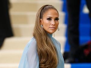 Jennifer Lopez Selfie Tanpa Makeup dengan Kulit Glowy yang Bikin Iri