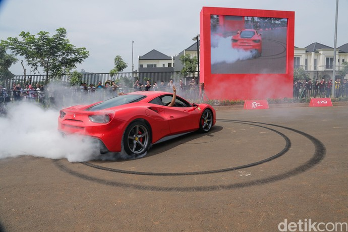 Aksi Bakar Ban Mobil Ferrari