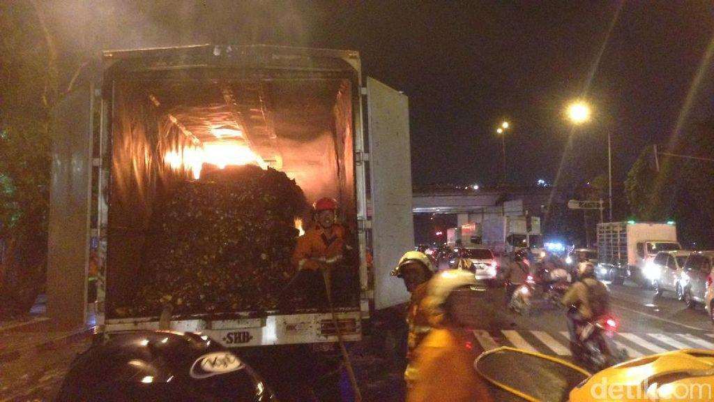 Truk Tronton Berisi Makanan Ringan Terbakar di Pasar Rebo