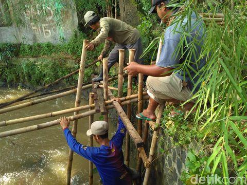 Perbaikan jembatan Kali Krukut di Depok, Kamis (4/5/2017)