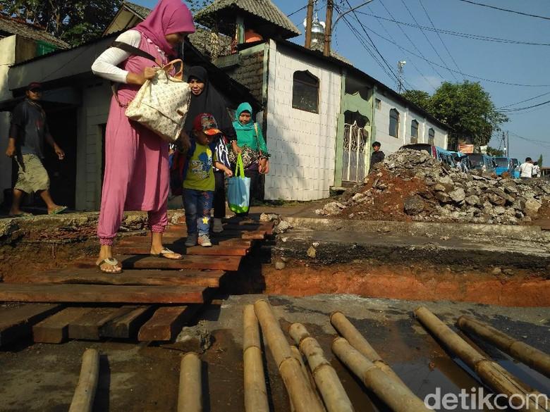Perbaiki Jembatan Ambles di Depok, Pekerja Alihkan Air Sungai