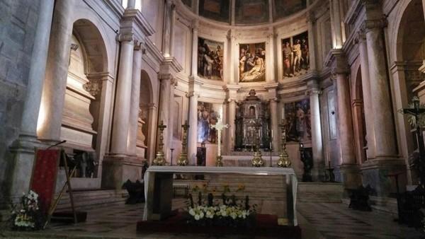 Hal serupa juga ada di makam Luiz yang menceritakan keberhasilan ekspedisi pertama Vasco da Gama. Sebait puisi yang ditulisnya pun terpahat di sekeliling petinya (Elza/detikTravel)