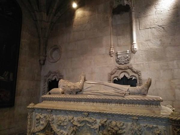 Makam-makam tersebut berada di sisi depan dekat pintu masuk. Terdapat patung Vasco da Gama di atas petinya (Elza/detikTravel)