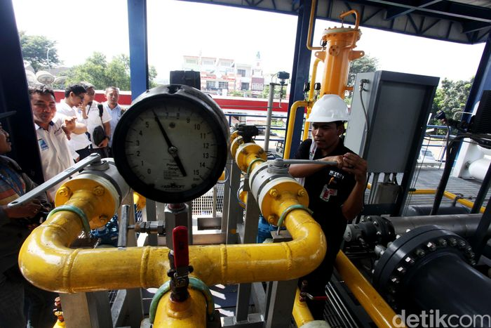 Petugas memeriksa dispenser gas usai meresmikan SPBG Ecostation terintegrasi SPBU di Stasiun Pengisian Bahan Bakar Gas (SPBG) Ecostation, Jalan Cilandak, Jakarta, Kamis (4/5/2017).