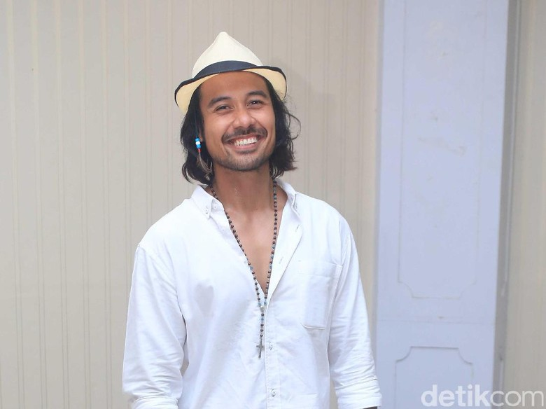 Persiapan Film Action, Chicco Jerikho Latihan Angkat Beban