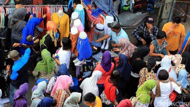 PKL berjualan di trotoar Pasar Tanah Abang.
