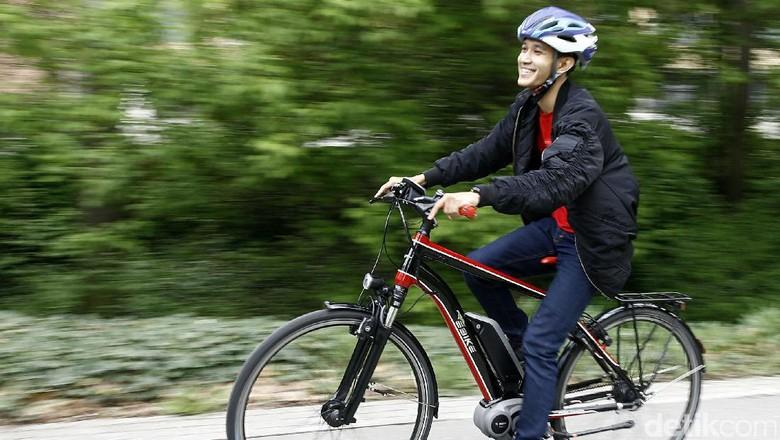 Asyiknya Mengendarai E-Bike