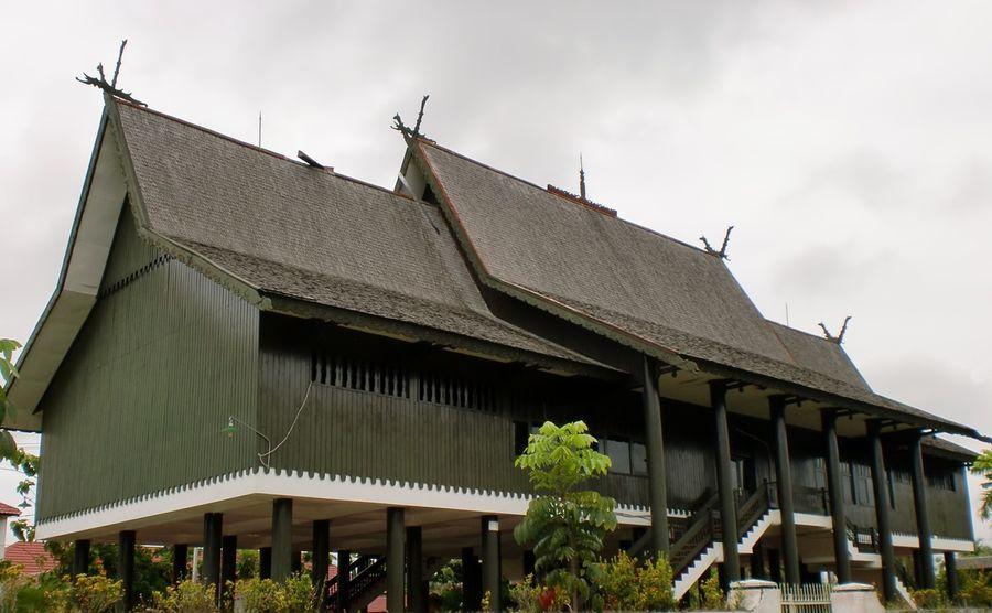 Rumah Betang merupakan kearifan lokal dari Palangkaraya, Kalimantan Tengah. Rumah Betang juga bisa traveler temukan di Kalimantan Barat. (Merza Gamal/dTraveler)