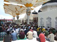 Salat Jumat Perdana Di Banda Aceh Dengan Payung Ala Masjid
