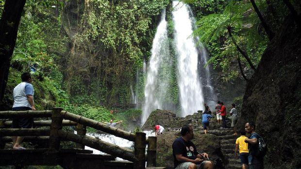 Wisatawan asyik menikmati Air Terjun Jumog (Wahyu/detikTravel)