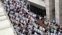 Namun karena masjid tak bisa menampung semua massa, ada sebagian massa yang melaksanakan salat di jalan samping Istiqlal.
