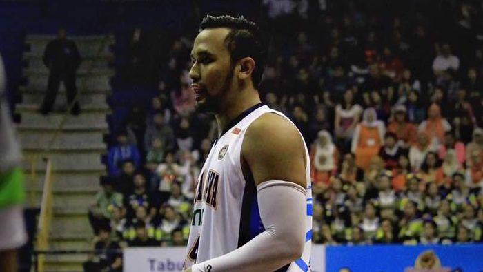 Adhi Pratama Putra melelang jersey Timnas Basket Indonesia untuk korban banjir.  (dok: Istimewa)